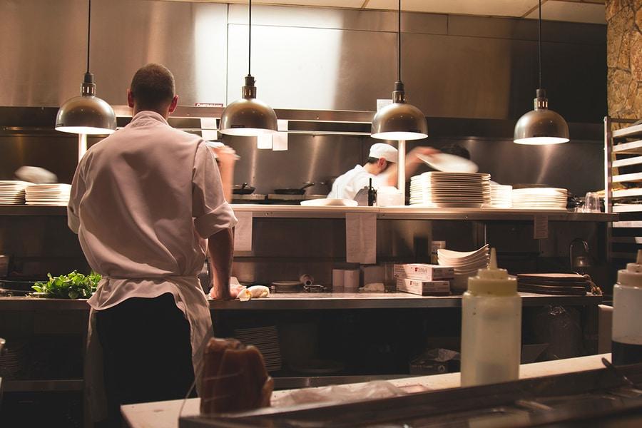 wnętrze kuchni w restauracji
