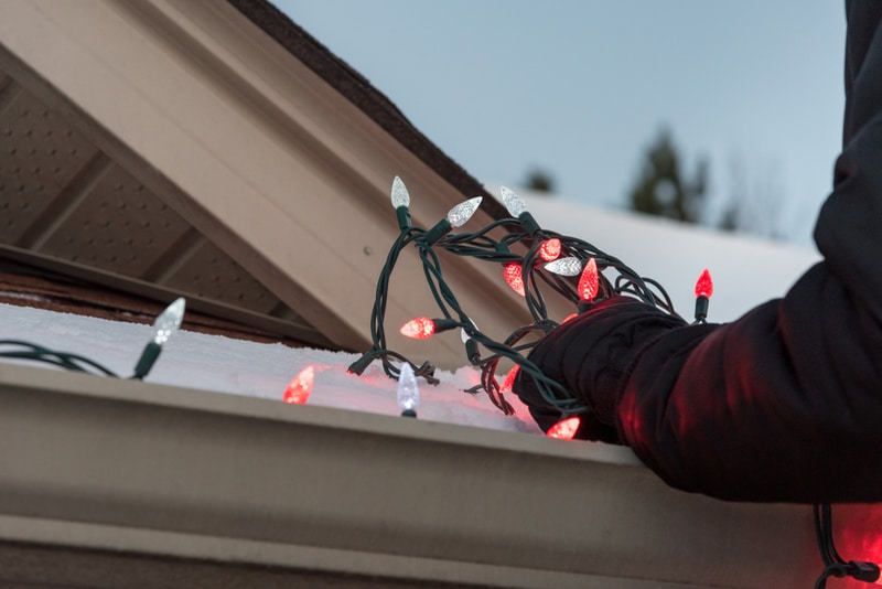 montaż lampek świątecznych naelewacji