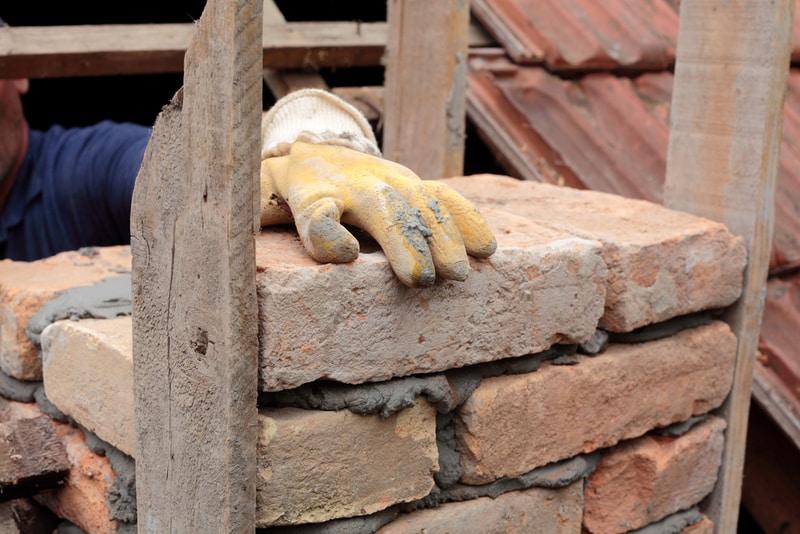 budowa komina - układanie cegieł