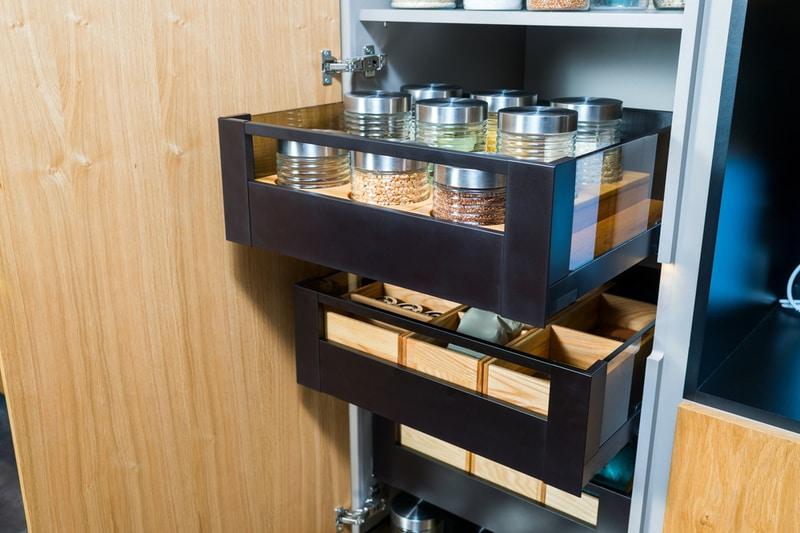 szafki kuchenne zpojemnikami nażywność