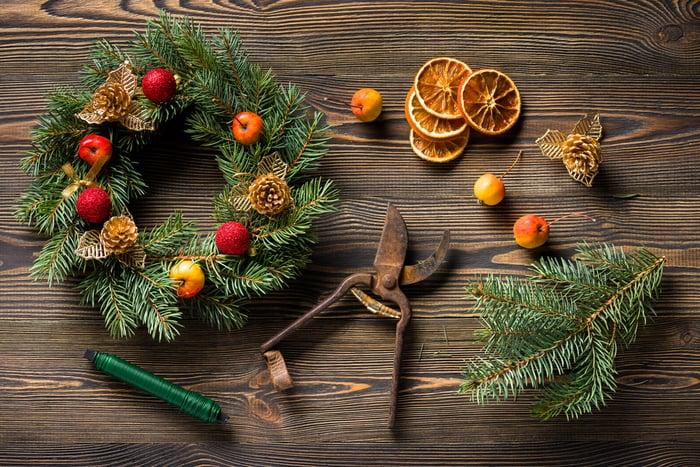 ozdabianie wieńca świątecznego suszonymi owocami