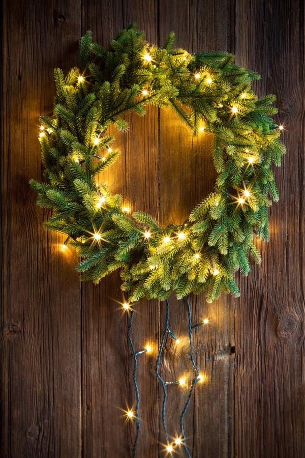 wieniec świąteczny ozdobiony lampkami