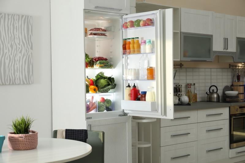 kuchnia zotwartą lodówką