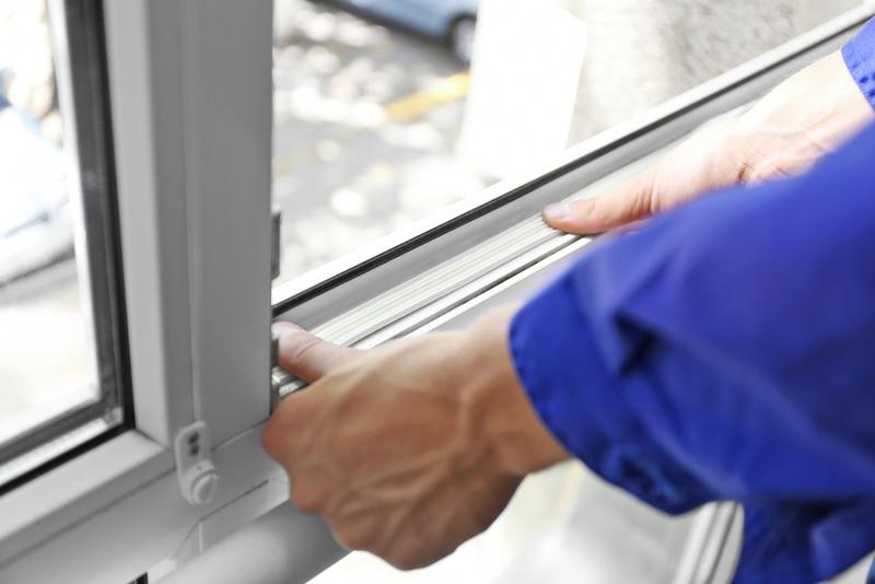 fachowiec uszczelniający okna