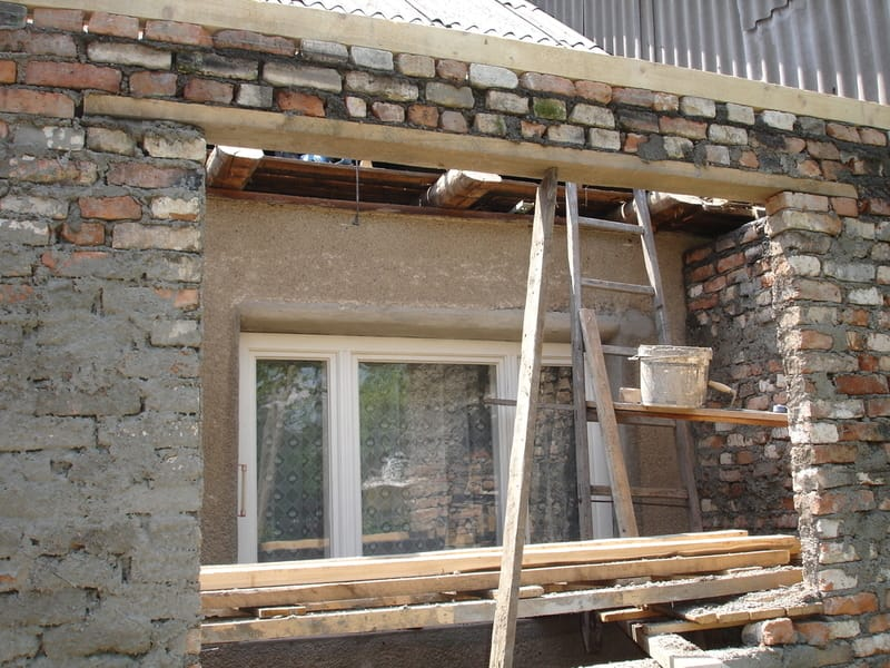 rekonstrukcja ścian starego domu