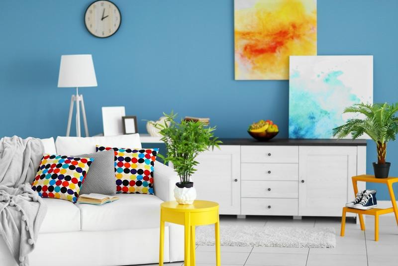 niebieskie ściany jako tło dlabiałych mebli wsalonie