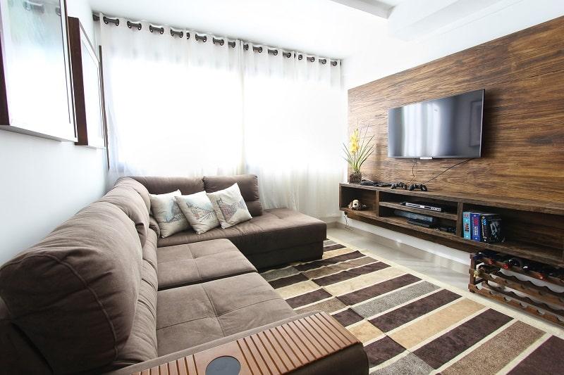 drewniana ściana wnowoczesnym salonie