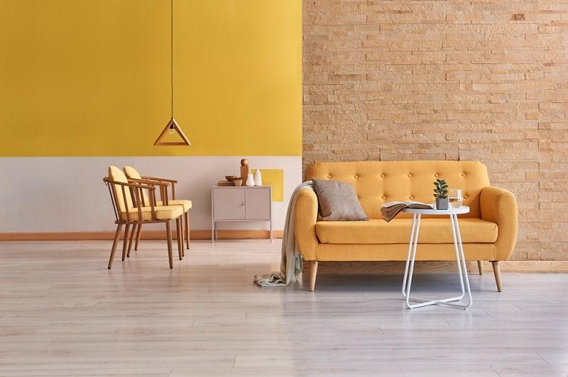 żółta ściana wdużym pokoju