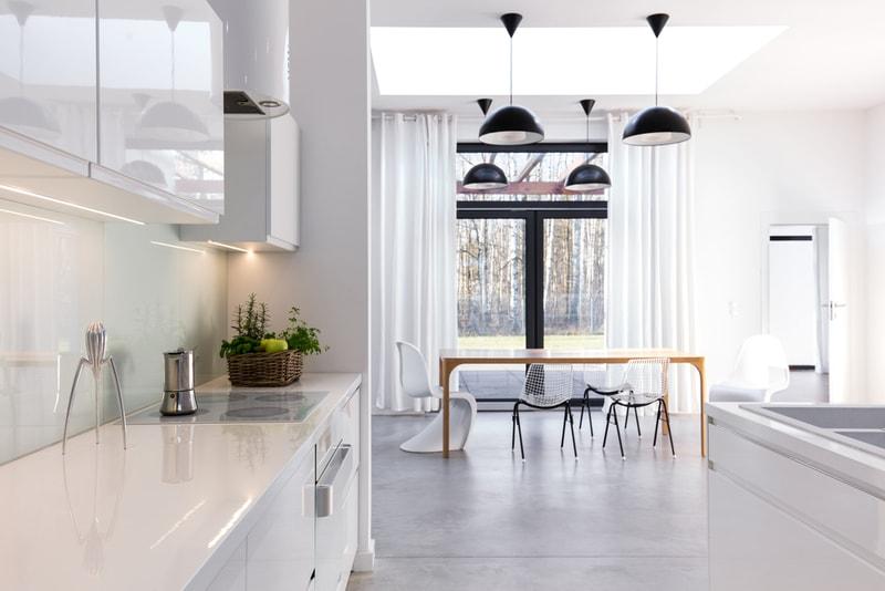 minimalistyczna kuchnia połączona zjadalnią