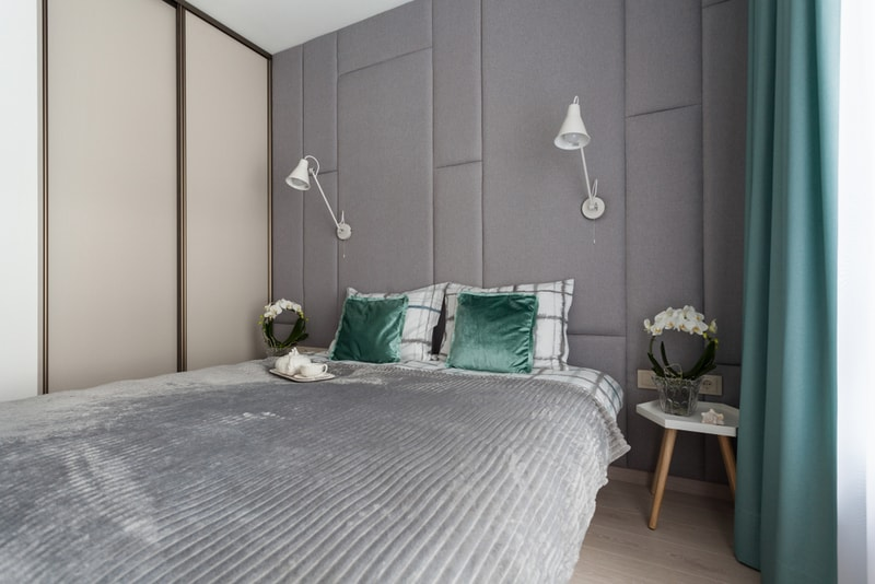 bardzo mała sypialnia zszafą przesuwną