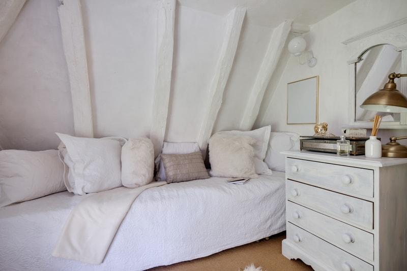 mała sypialnia napoddaszu
