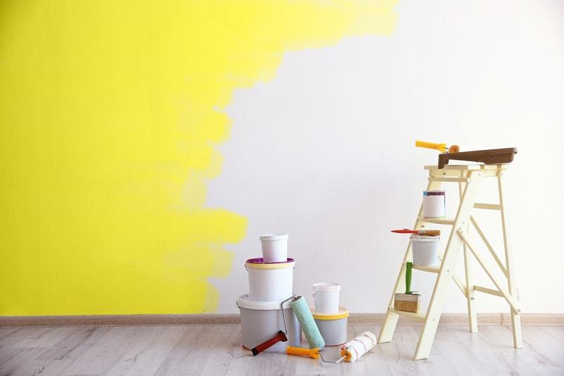 malowanie ściany w mieszkaniu