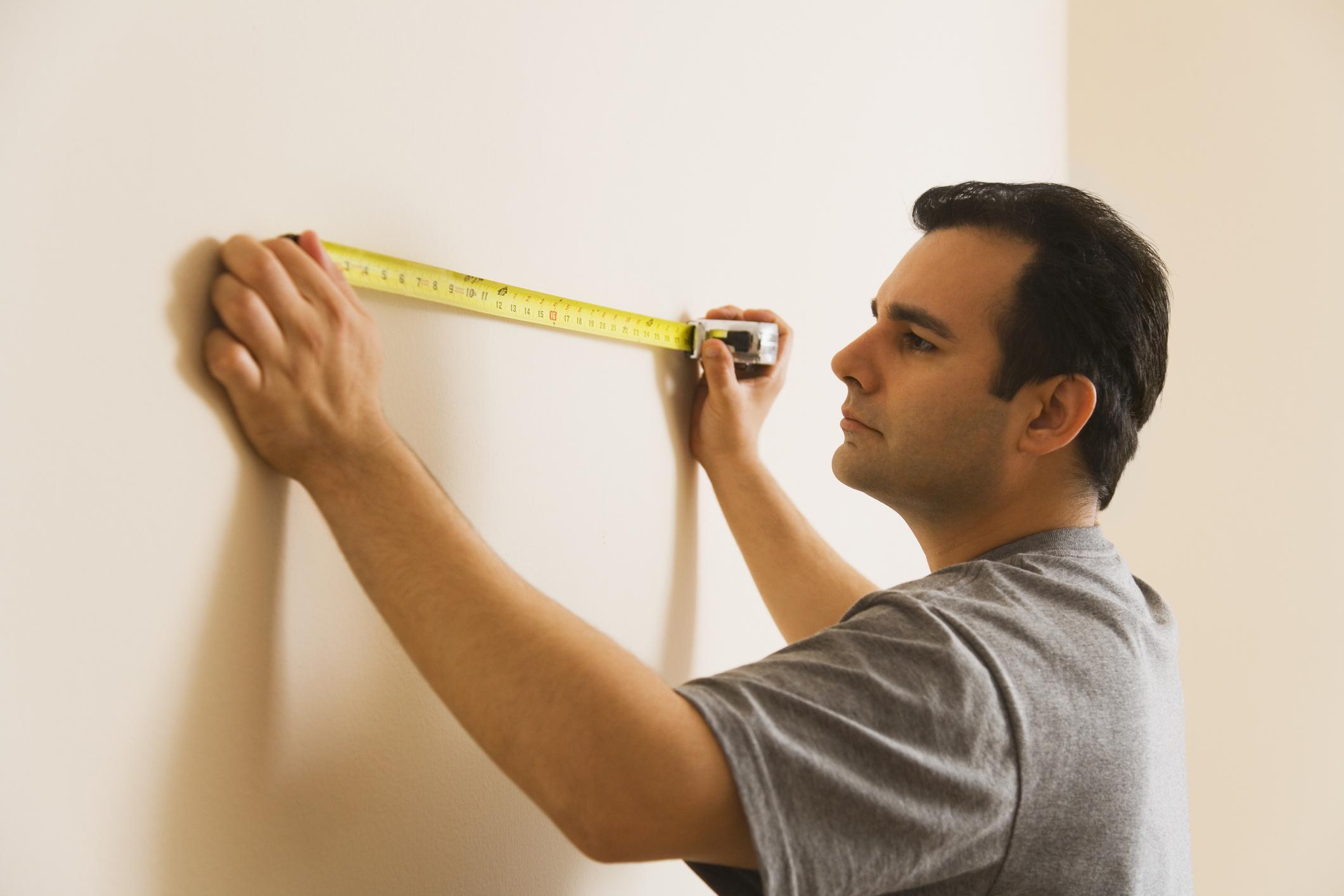 Pomiar ściany podczas odbioru technicznego mieszkania