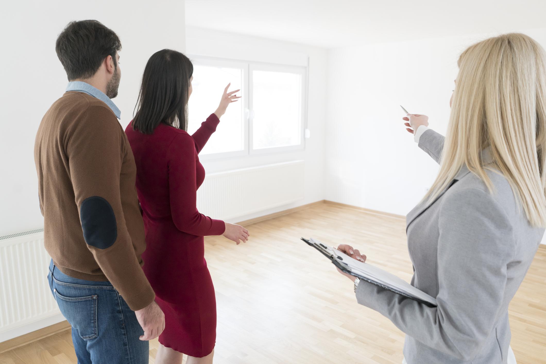 Para podczas odbioru mieszkania od dewelopera