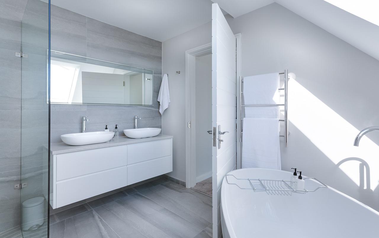 biała łazienka wstylu nowoczesnym