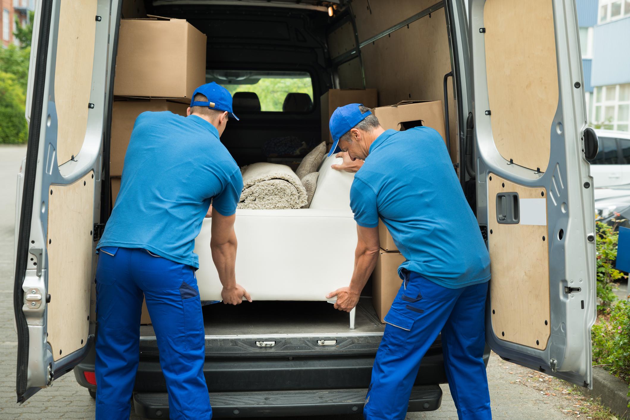 firma przeprowadzkowa pakuje meble dotransportu