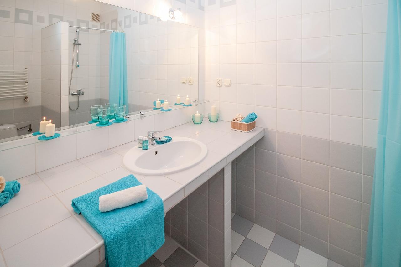 mała łazienka zprysznicem