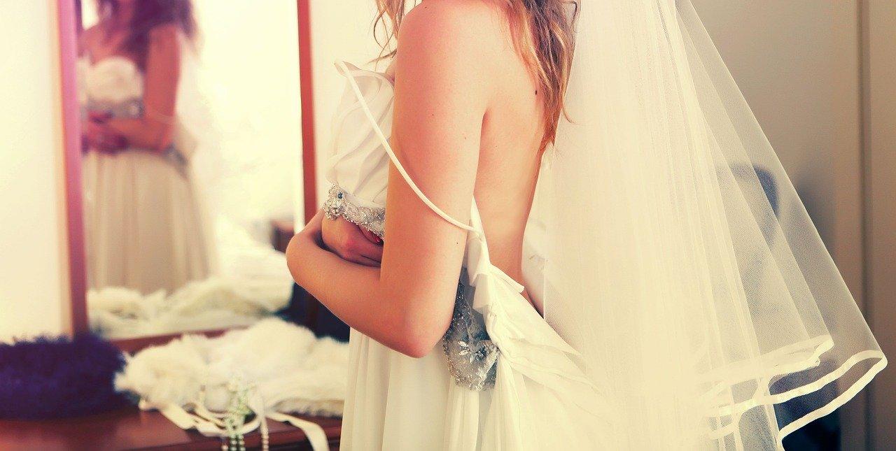 przymierzanie sukni ślubnej