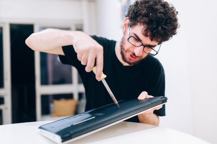 zdejmowanie obudowy laptopa