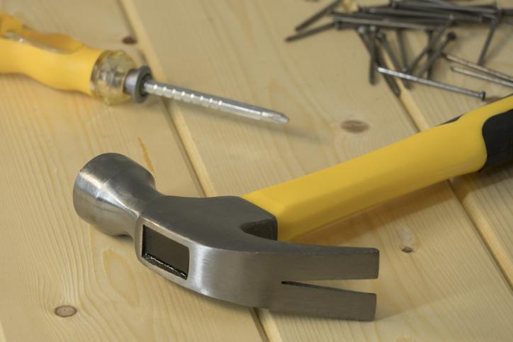 jak wykręcić urwaną śrubę