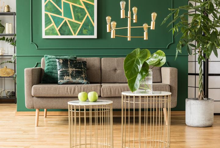 złoty żyrandol do pokoju w stylu nowoczesnym
